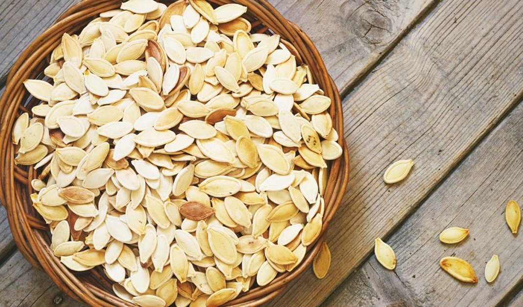 bowl-of-pumpkin-seeds-on-wooden-table